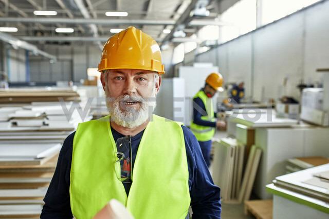 Portrait of mature worker in factory - ZEDF02104 - Zeljko Dangubic/Westend61