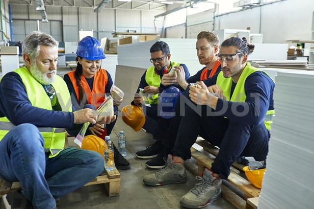 Workers in factory having lunch break together - ZEDF02128