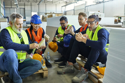 Workers in factory having lunch break together - ZEDF02128