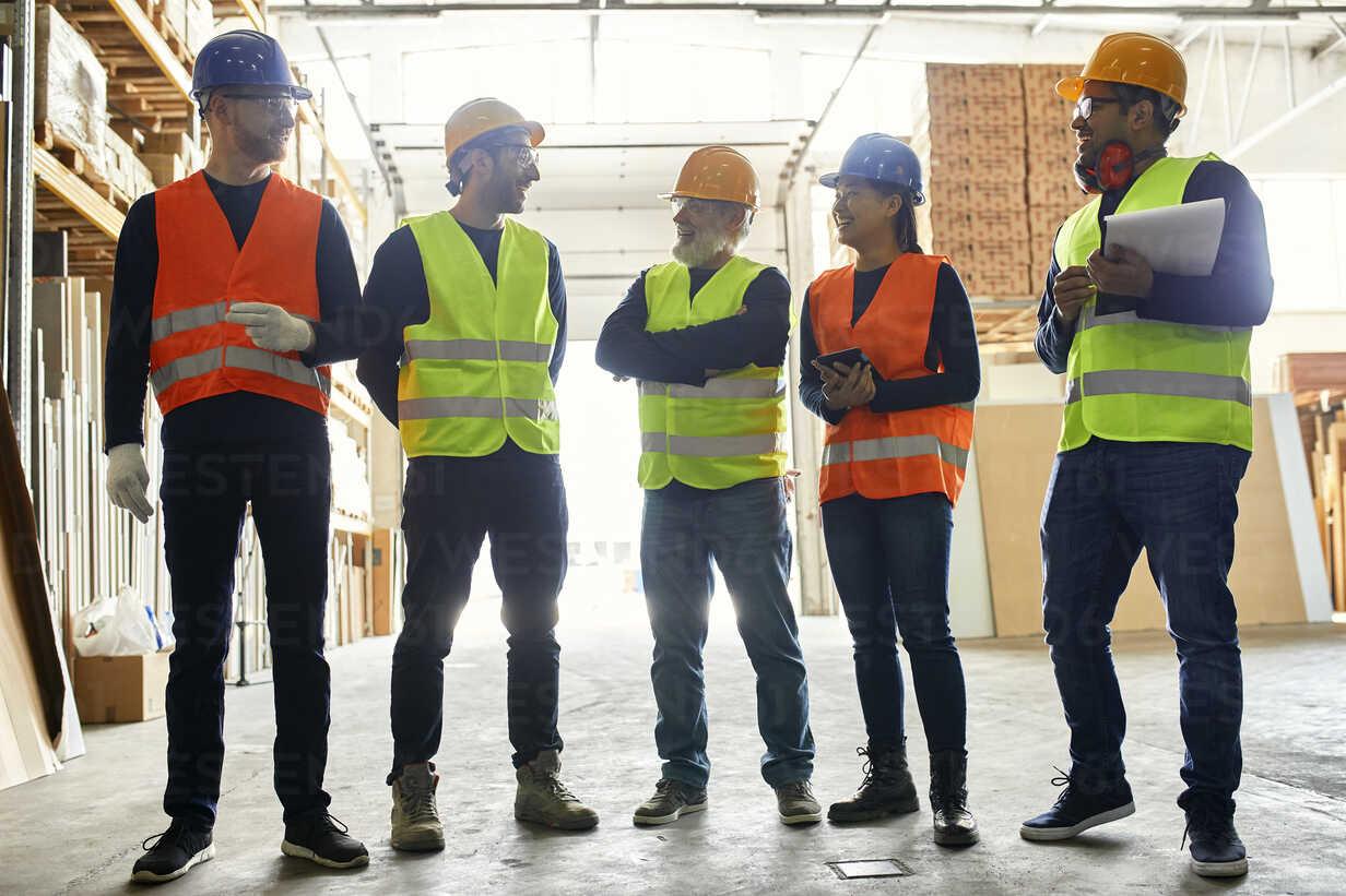 Smiling workers standing in factory workshop talking - ZEDF02188 - Zeljko Dangubic/Westend61