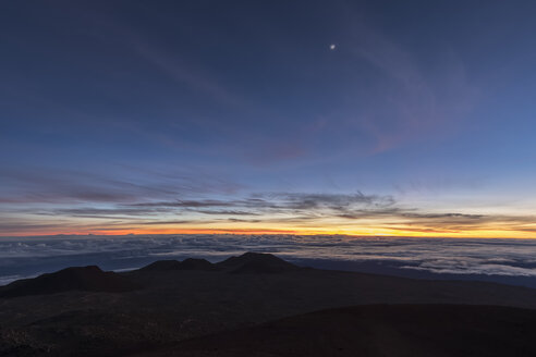 USA, Hawaii, Mauna Kea volcano, view over volcanic landscape at sunrise - FOF10650