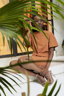 Woman sitting on the stairs. Botanica, Moçambique, Maputo. - VEGF00023