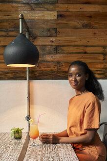 Woman having a drink. Botanica, Moçambique, Maputo. - VEGF00029