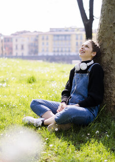 Young woman with headphones in a park - GIOF06279