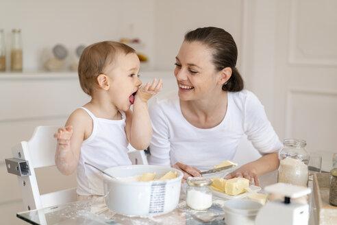Deutschland, München, Mutter 36 Jahre und Tochter 2 Jahre backen Kuchen zusammen - DIGF06811