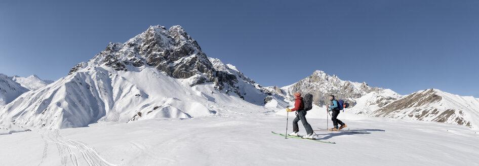 Georgia, Caucasus, Gudauri, two people on a ski tour - ALRF01489