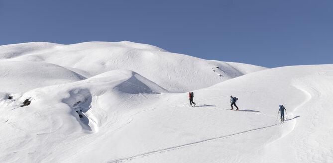 Georgia, Caucasus, Gudauri, people on a ski tour - ALRF01492