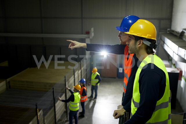 Workers instructing colleague in factory - ZEDF02230 - Zeljko Dangubic/Westend61