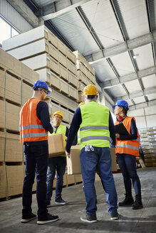 Workers talking in factory warehouse - ZEDF02272