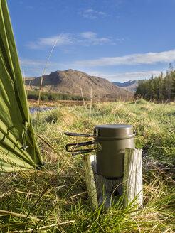 Großbritannien, Schottland, Northwest Highlands, Glen Oykel, Gaskocher vor Zelt - HUSF00035