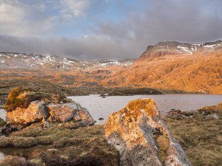 Großbritannien, Schottland, Northwest Highlands, Sonnenaufgang am Ben More Assynt - HUSF00038