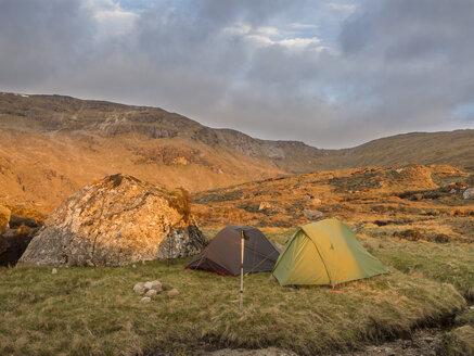 Großbritannien, Schottland, Northwest Highlands,Ben More Assynt, Berglandschaft und Zelte im Morgenlicht - HUSF00041