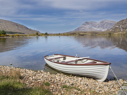 Great Britain, Scotland, Northwest Highlands, Achfary, mountain landscape with lake and boat - HUSF00044