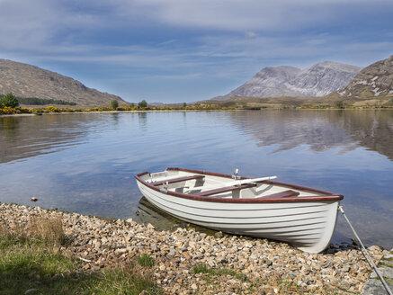 Großbritannien, Schottland, Northwest Highlands, bei Achfary, Boot mit See und Bergen - HUSF00044