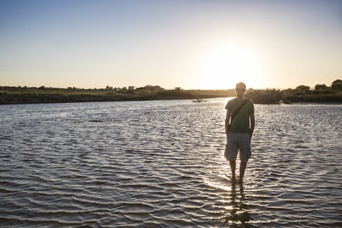 Italy, Sicily, young man at the beach of Eloro at sunset - MAMF00588