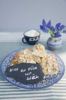 Plate with pieces of butter cake and a handwritten saying on a slate - GISF00422