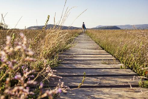 Greece, Messenia, Gialova Lagoon, hiker on the nature trail - MAMF00596