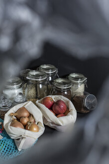 Groceries in cloth bags and jars for waste prevention - STBF00294