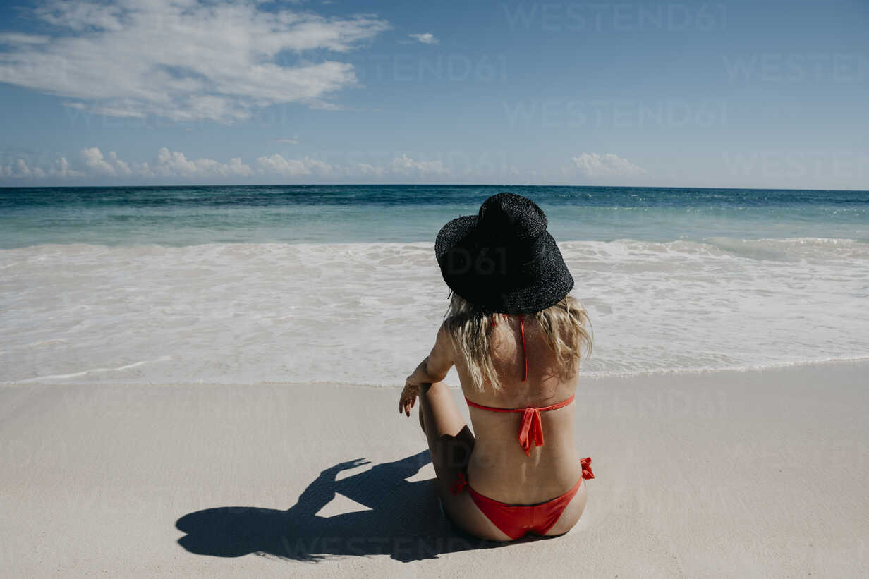 Mexico, Quintana Roo, Tulum, young woman with hat lying on the beach - LHPF00675 - letizia haessig photography/Westend61