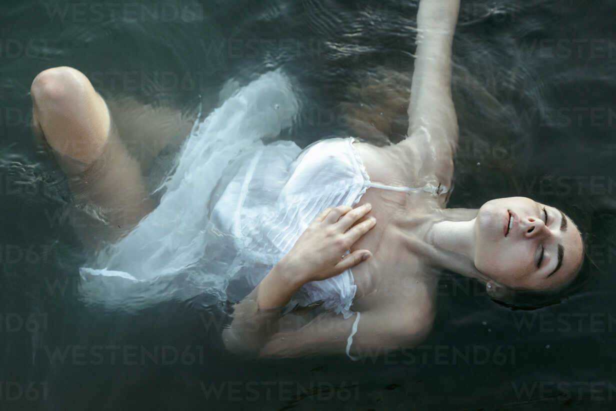 Caucasian woman wearing a dress floating in water - BLEF00396 - Alexey Karamanov/Westend61