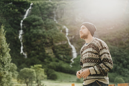 Pensive Caucasian man wearing sweater and hat outdoors - BLEF00552