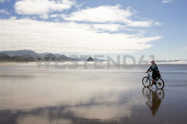 Caucasian woman riding bicycle on beach - BLEF00774 - Adam Hester/Westend61