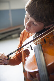 Close up of Caucasian boy practicing violin - BLEF00792
