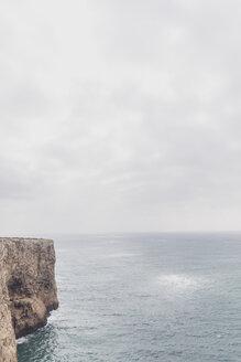 Portugal, Algarve, Sagres, Cabo de São Vicente, Klippen, Felsen, Steilküste und typische Küstenformation an der Algarve - MMAF00884