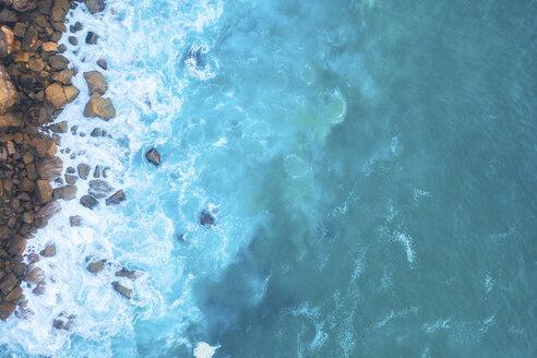 Portugal, Algarve, Sagres, Atlantik, Drohnenaufnahme oder Luftaufnahme von Meer, Wellen, Felsen, Küsten- oder Hefenbegrenzung und den Gezeiten - MMAF00896