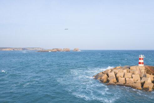 Portugal, Algarve, Sagres, Luftaufnahme des Hafen, der Hafenschutzmauer und des Leuchtturms auf dem Damm mit dem Atlantik im Hintergrund - MMAF00905