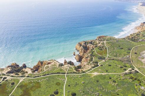 Portugal, Algarve, Lagos, Ponta da Piedade, Steilküste, Felsenlandschaft und Kap im Herz der Algarve, Atlantik im Hintergrund, Drohnenaufnahme, Luftaufnahme - MMAF00920