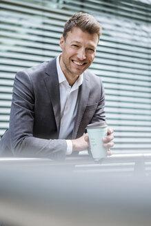 Deutschland, München, M43, Business, Porträt, Kaffeebecher recyclebar - DIGF06857