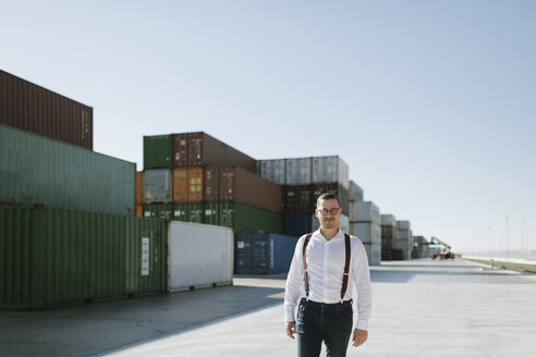 Spain, Aragon, Zaragoza, manager in logistic center near to containers with goods - AHSF00271