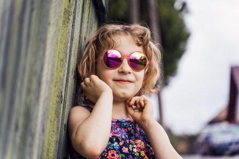 Portrait of smiling little girl wearing sunglasses - OCMF00445