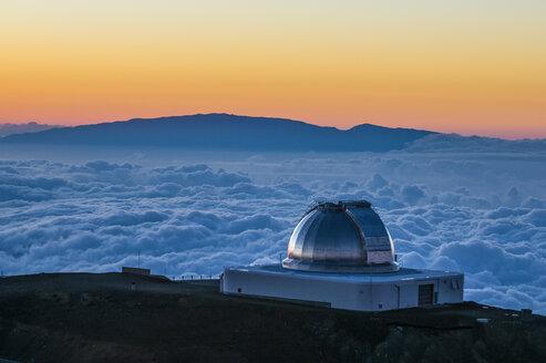 USA, Hawaii, Big Island, observatory on Mauna Kea volcano at sunset - RUNF01942