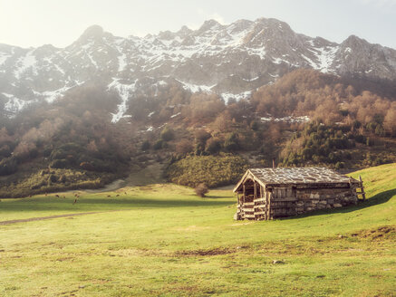 Spain, Asturia, Cantabrian Mountains, Refugio de Branagallones mountain hut - LAF02298
