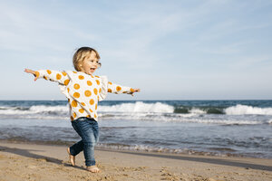 Happy little girl running barefoot on the beach - JRFF03202