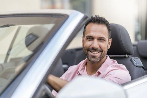 Deutschland, München, Mann 37 Jahre sitzt im Auto, Porträt, Stadt - DIGF06985
