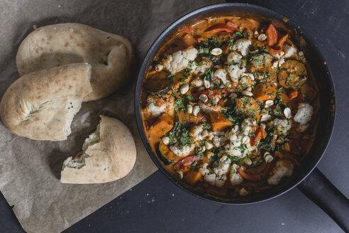 indisches Süßkartoffelcurry mit Paprika, Zucchini und Blumenkohl, Naan-Brot, Erdnüsse, Tikka-Masala-curry, draufsicht, studio - STBF00321