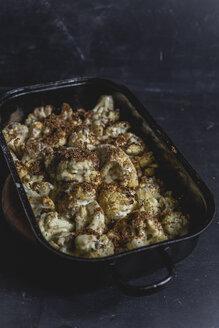 Blumenkohl im Ofen gebacken mit Sauce Hollandaise und Buttersemmelbrösel, Studio - STBF00333