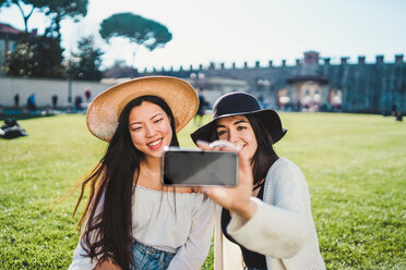 Friends taking selfie on field, Pisa, Toscana, Italy - CUF50635