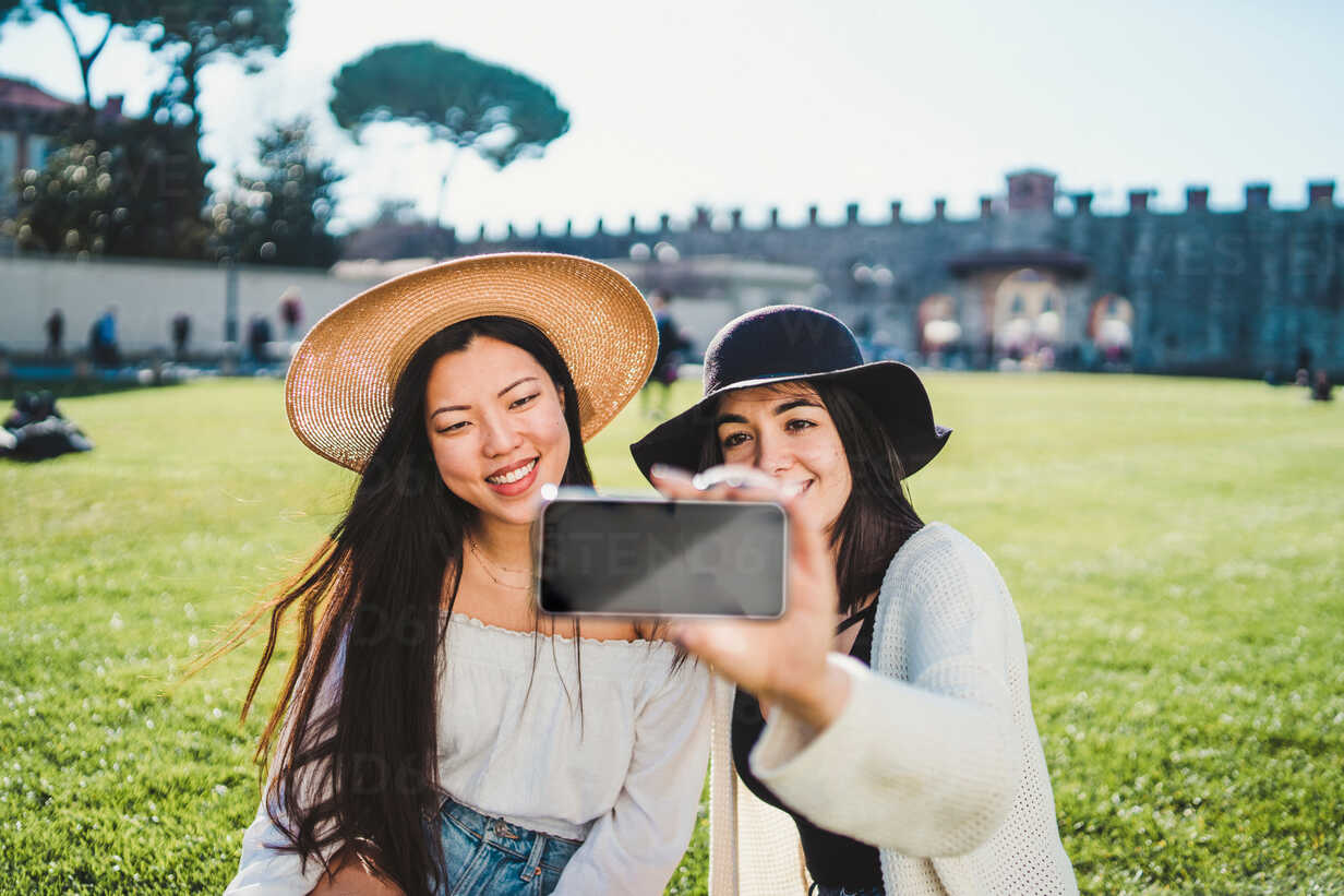 Friends taking selfie on field, Pisa, Toscana, Italy - CUF50635 - Francesco Buttitta/Westend61