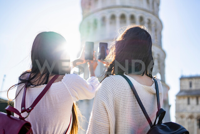 Friends taking photograph of Leaning Tower of Pisa, Toscana, Italy - CUF50638 - Francesco Buttitta/Westend61