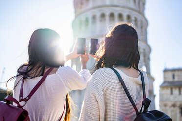 Friends taking photograph of Leaning Tower of Pisa, Toscana, Italy - CUF50638