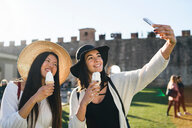 Friends taking selfie with ice cream cone, Pisa, Toscana, Italy - CUF50644
