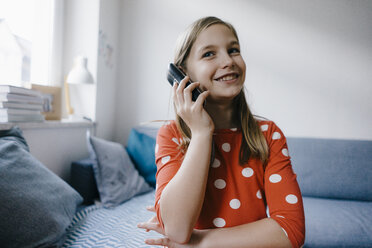 Happy girl on the phone at home - KNSF05882