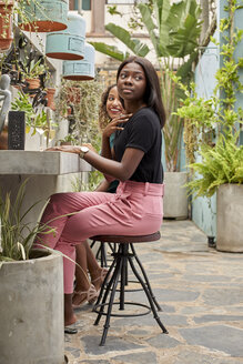 Two friends having a cup of wine. Botanica Mozambique, Moçambique, Maputo. - VEGF00160