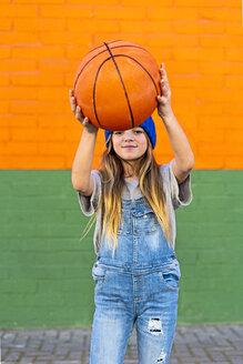 Young girl playing basketball - ERRF01233