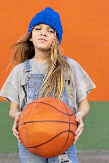 Young girl playing basketball - ERRF01236