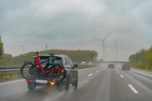 Autobahn A1, PKW, Fahrradtr�ger , fahren, Regen, nasse Fahrbahn, Gischt, Niedersachsen, Deutschland - FRF00830